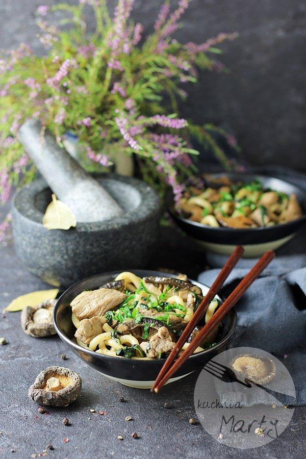 Makaron Udon z grzybami Shiitake i polędwicą wieprzową