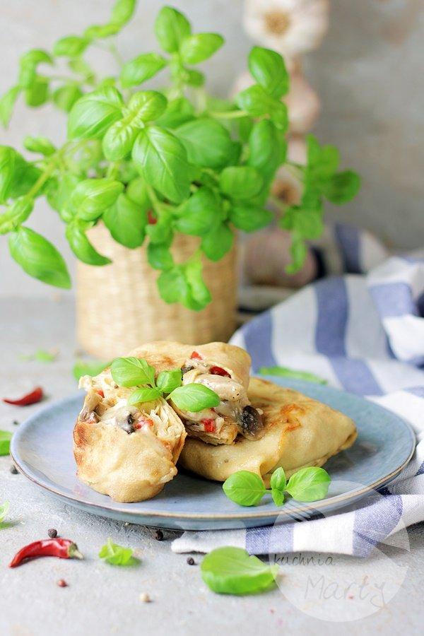 Naleśniki z kurczakiem pieczarkami i papryką
